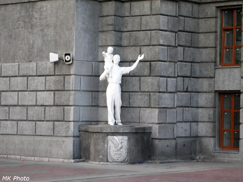 Скульптура на перроне Новосибирска-Главного