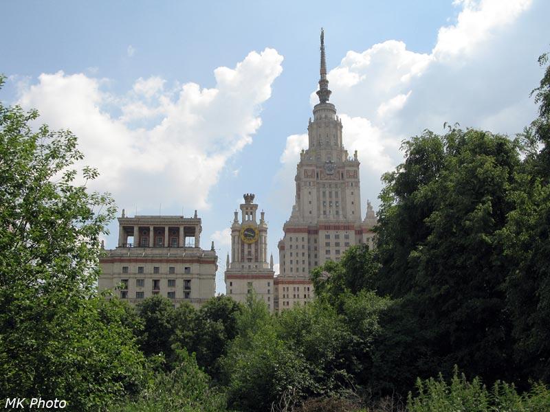 Вид на Главное здание МГУ из ботсада