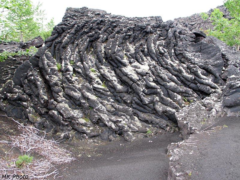 Вид сбоку на небольшую пещеру