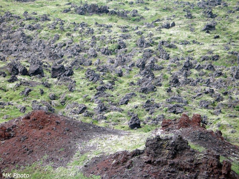 Лавовое поле у подножия кратера