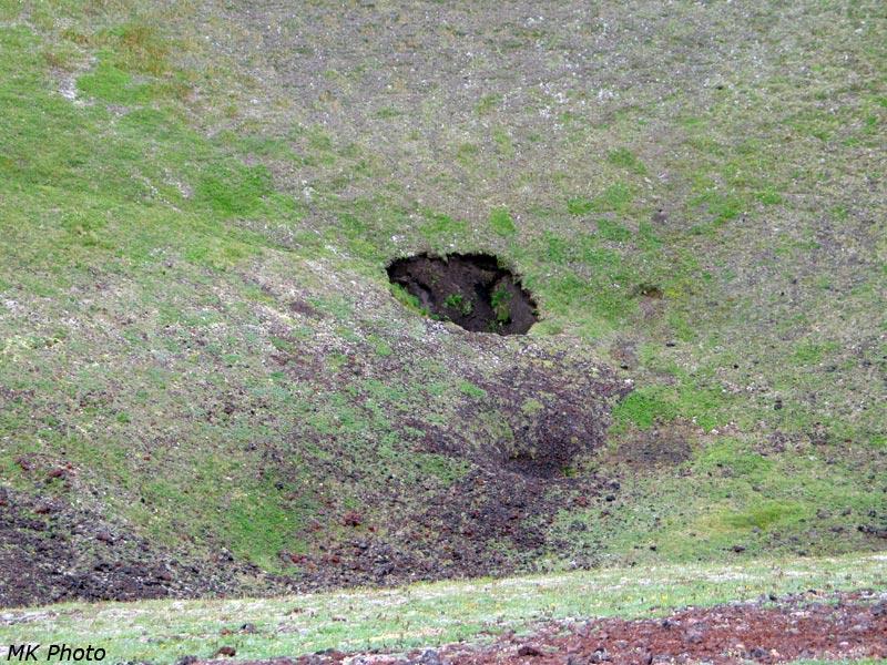 Яма недалеко от дна кратера