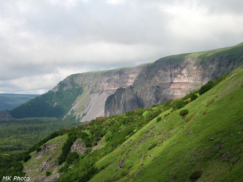 Вид на скалы, что ниже по течению