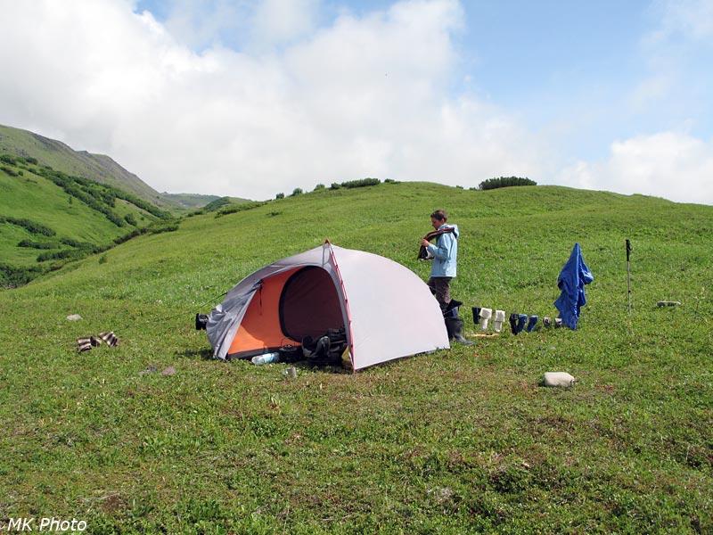 Катя у палатки