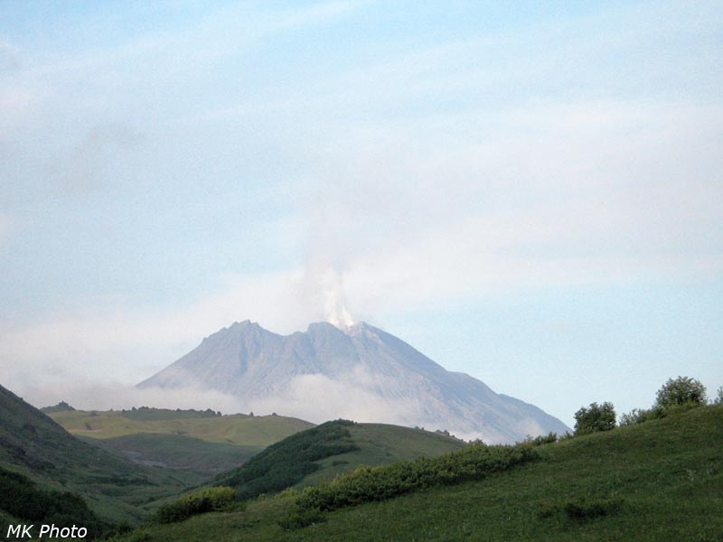 Дымит вулкан Безымянный
