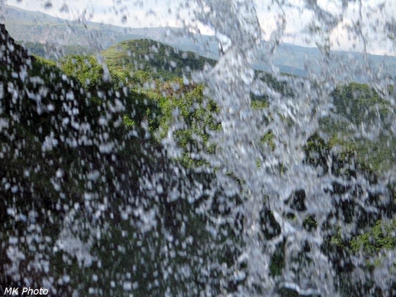 Вид сквозь водопад