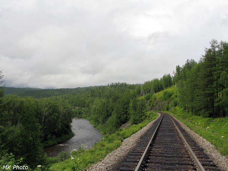 Железная дорога по крутым берегам Яурина