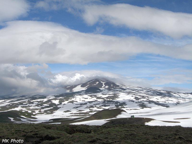 Домик парка, плато и вулкан Горелый