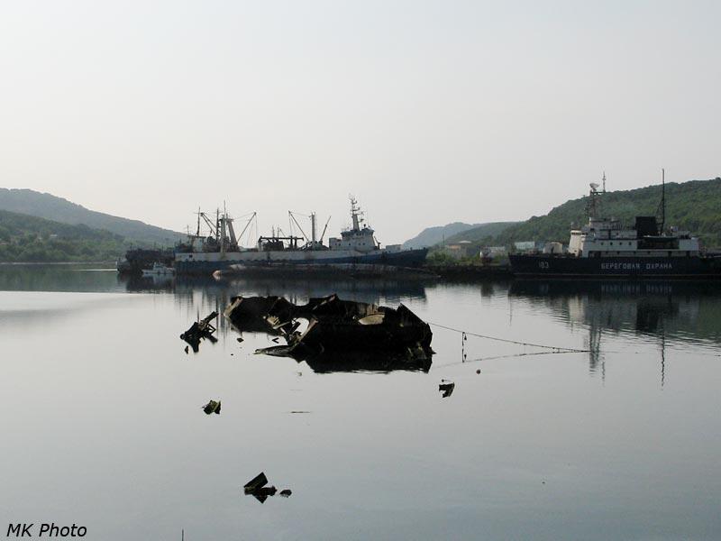 Затонувший остов корабля в бухте Бабья