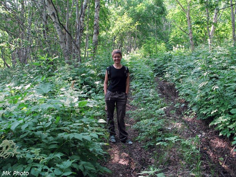 Катя в городском лесу