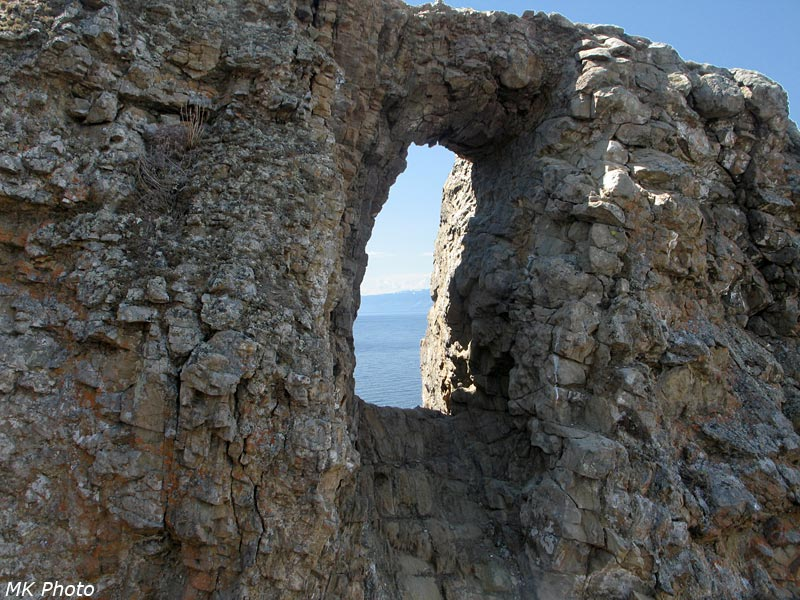 Сквозной проём в скальной стене