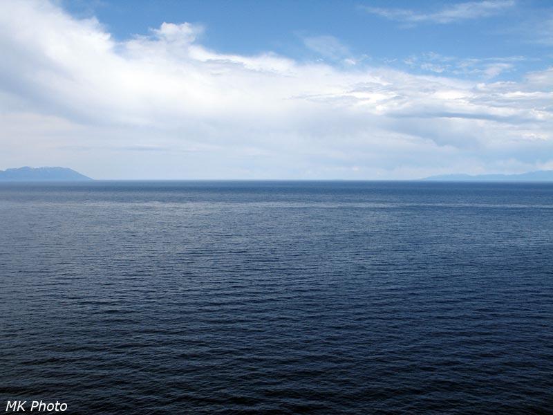 Слева - Байкальский хребет, справа - полуостров Святой Нос, между ними виднеется Большой Ушканий остров