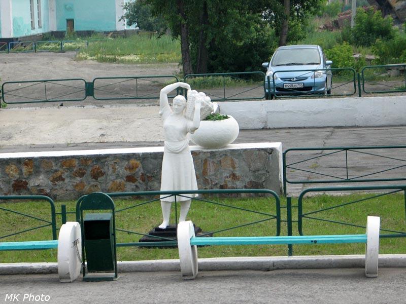 Скульптура у вокзала Чулымская