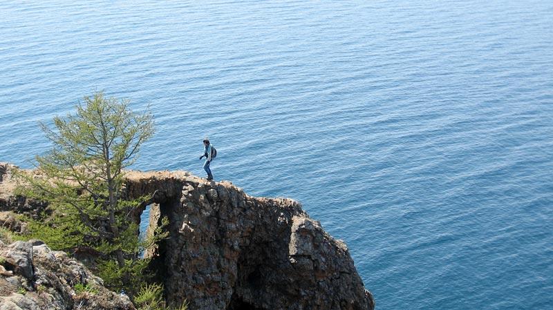 На узкой скале