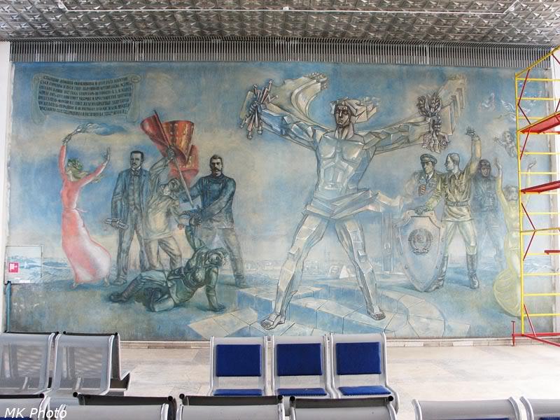 Расписанная стена внутри вокзала Шумиха