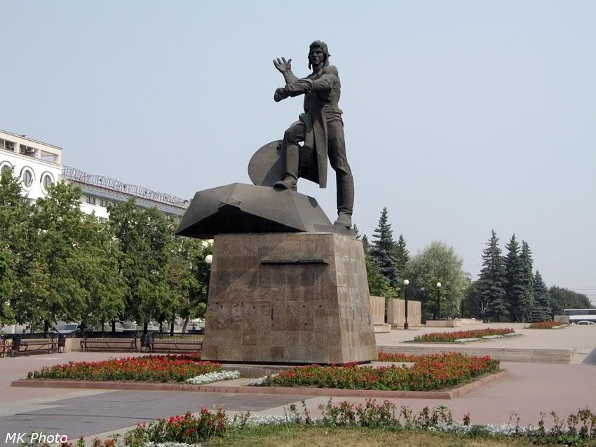 Памятник добровольцам танкистам