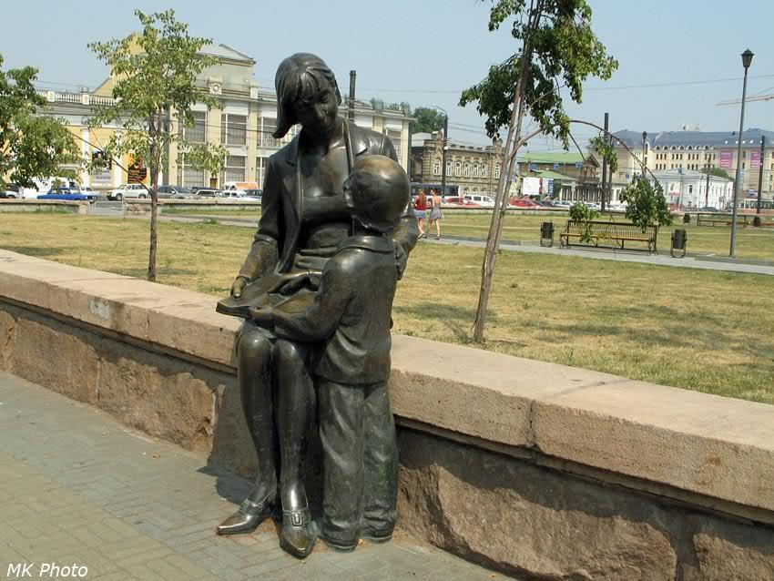 Мать, дитя и голубь