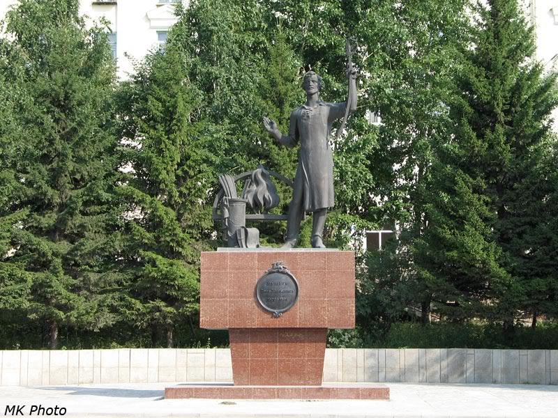 Памятник Бушуеву на привокзальной площади