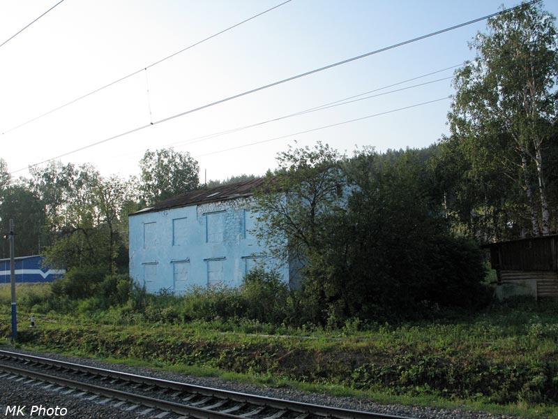Здание с заложенным кирпичом окнами на ст. Ерал