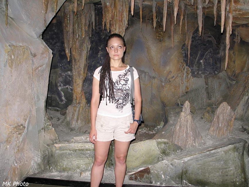 Катя в макете пещеры