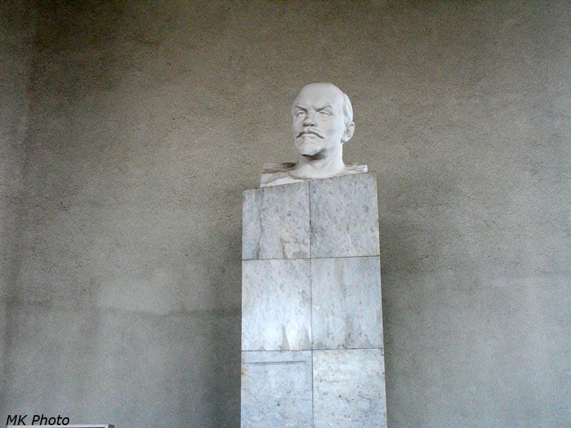 Бюст Ленину внутри вокзала