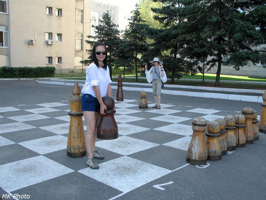 А шахматы-то не маленькие