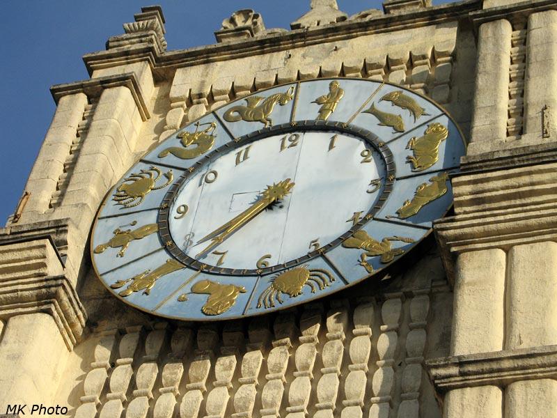 Часы на здании вокзала