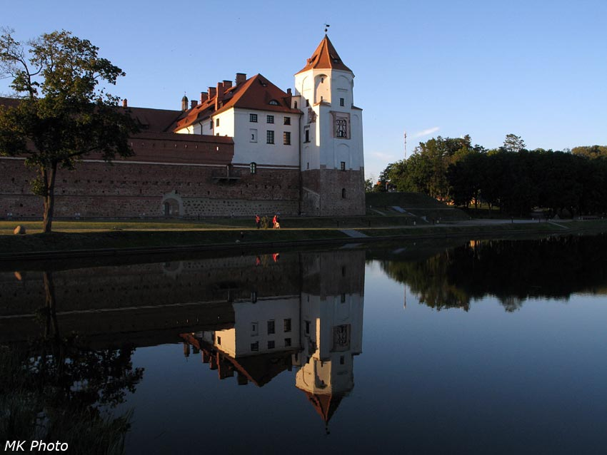 Замок и его отражение
