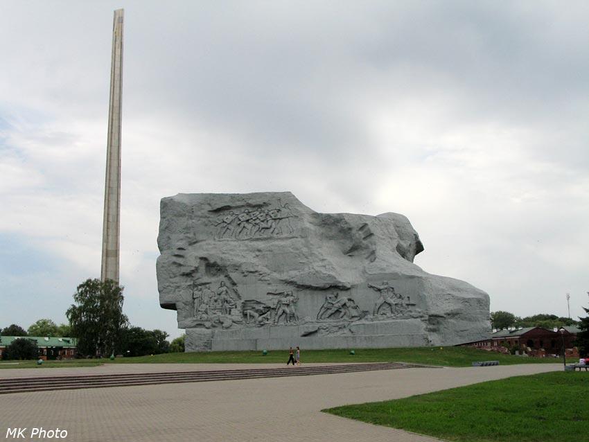 Штык-обелиск и главный монумент с тыльной стороны