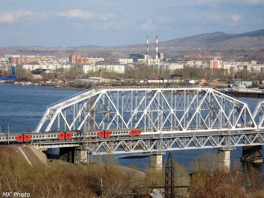 Электричка въезжает на мост