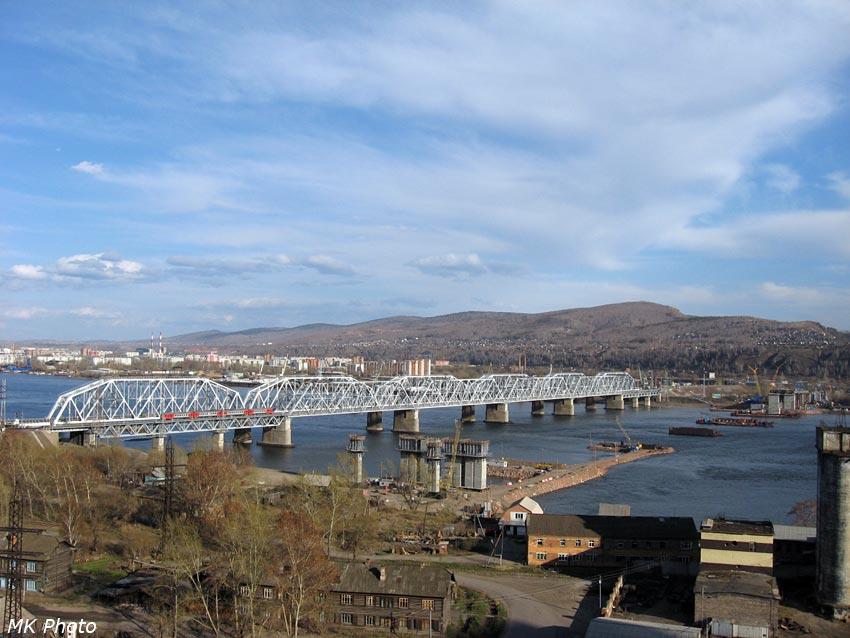Рядом с железнодорожным возводится автомобильный мост