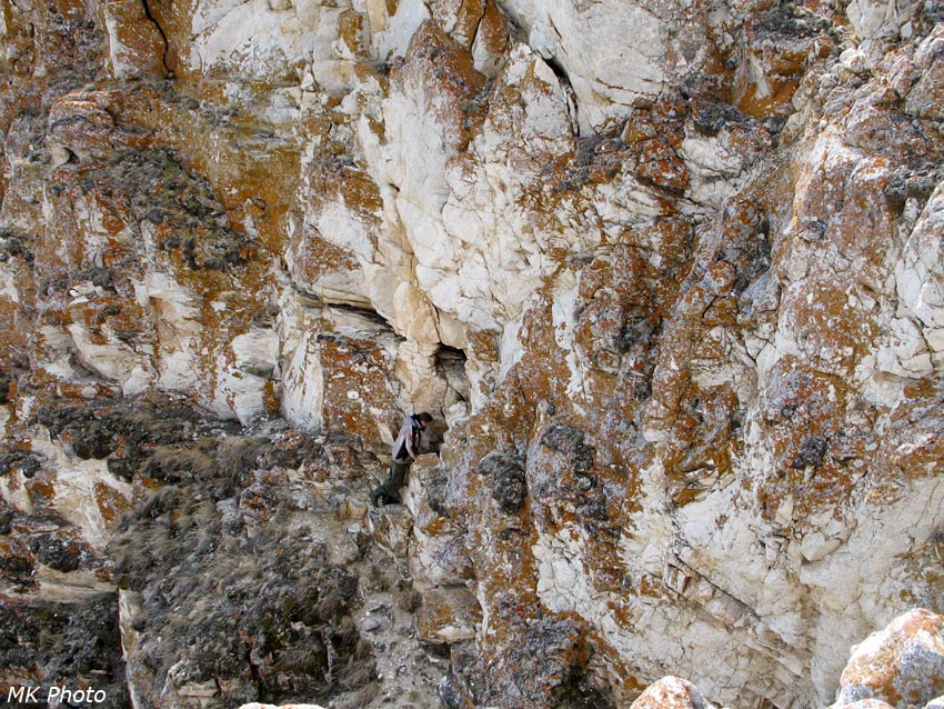 Антон заглядывает в пещеру Октябрьская