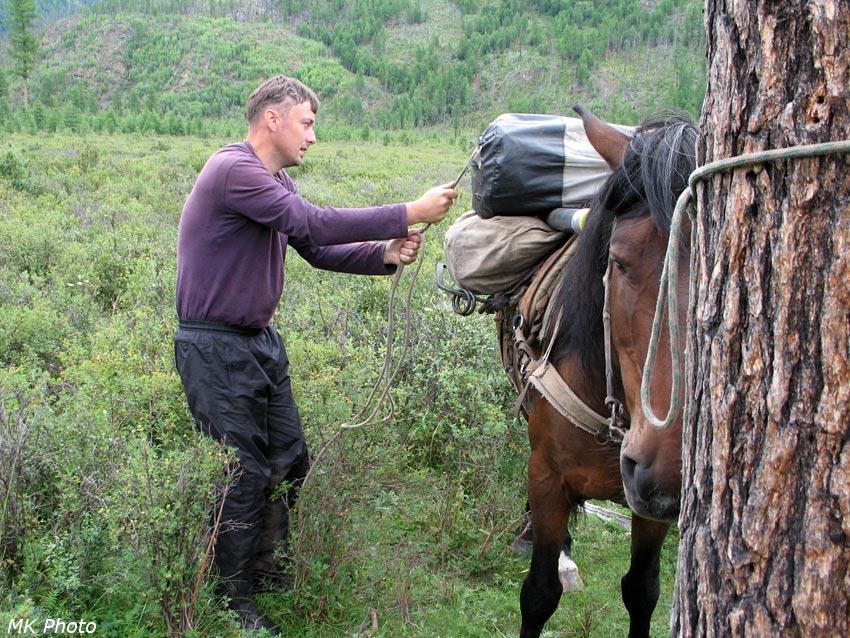 Егор закрепляет груз