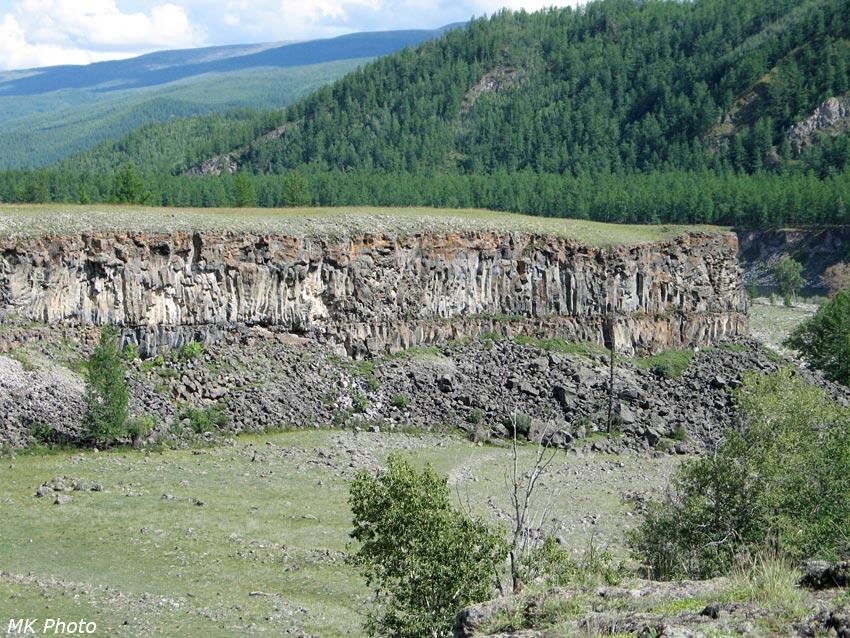 Застывшие слои лавы в устье Сайлага