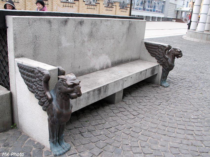 Каменная скамья со львами