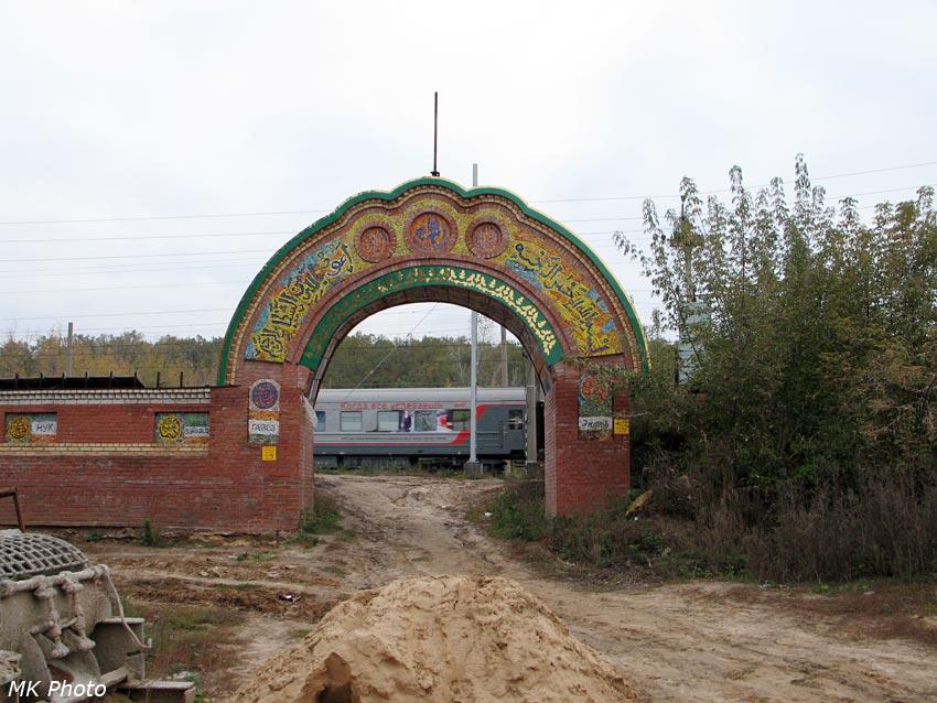Вид со двора храма на проходящий состав