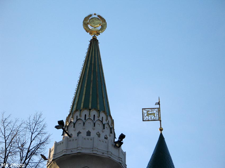 Два герба на здании центробанка