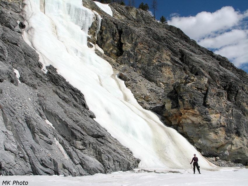 Катя у ледопада от небольшого притока