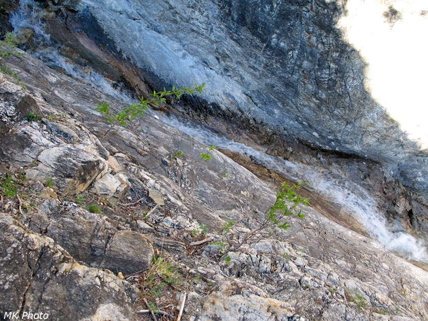 Вода прорезала желоб в скальном ложе