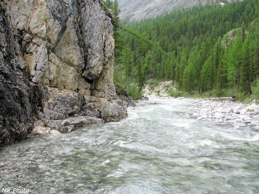 По этому скальному бортику мы прошли над рекой