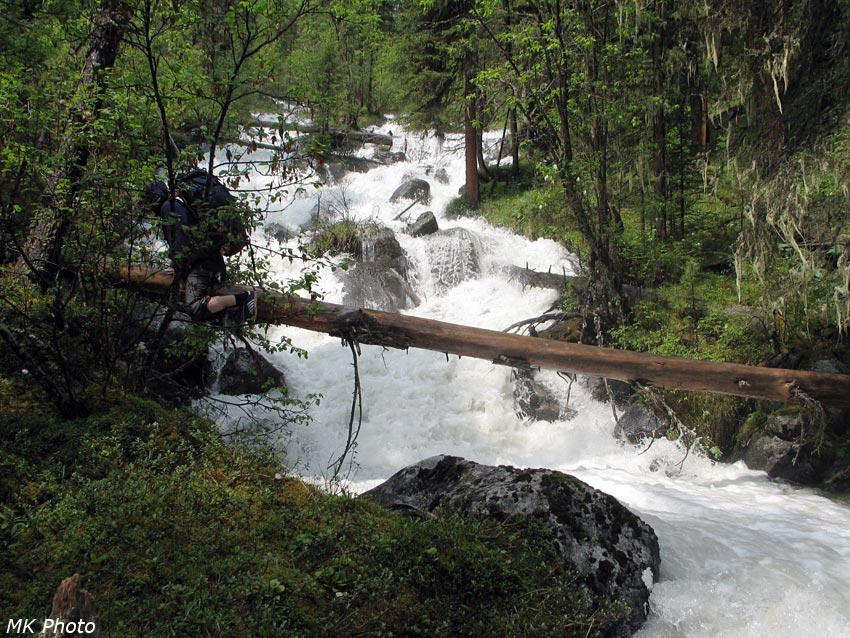 Переправа через ручей с перевала Золото