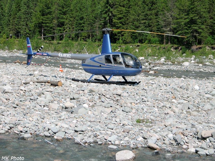 Вертолёт, привезший рабочих для строительства моста