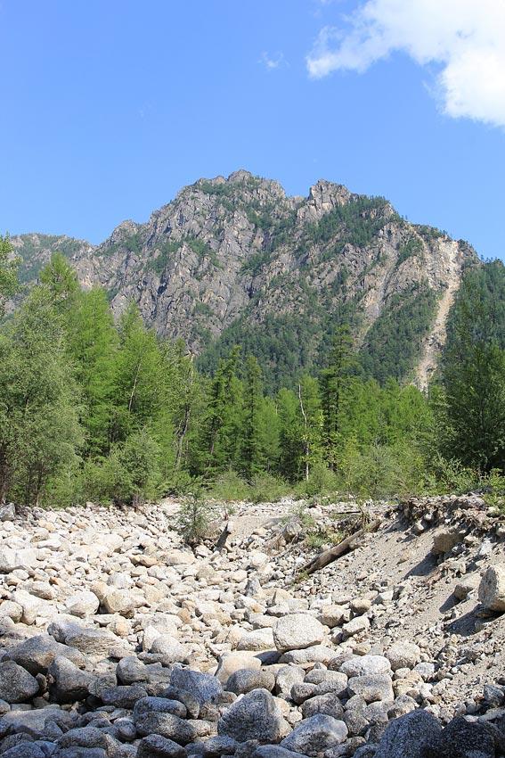 Скалы на левом борту Верхнего Сакукана