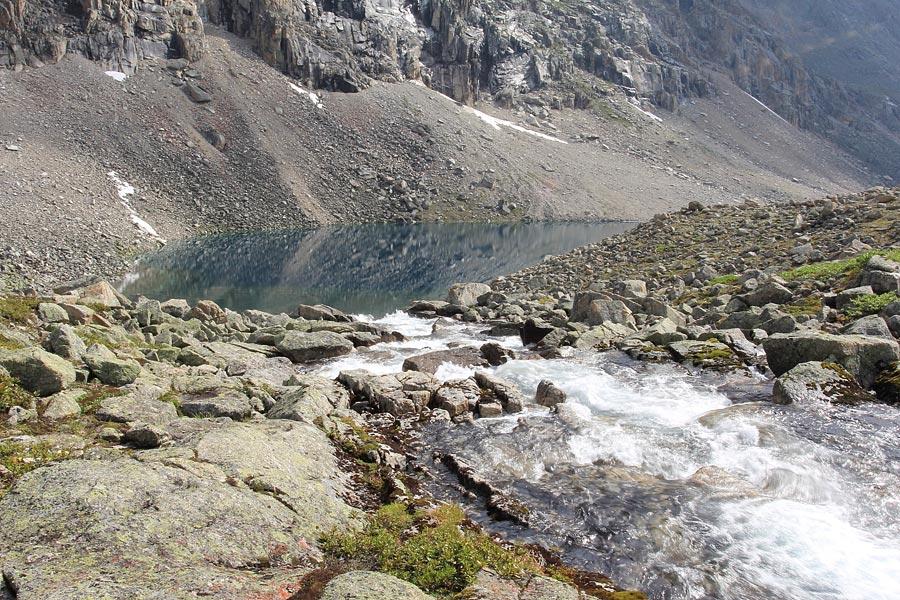 Ручей устремляется к озеру