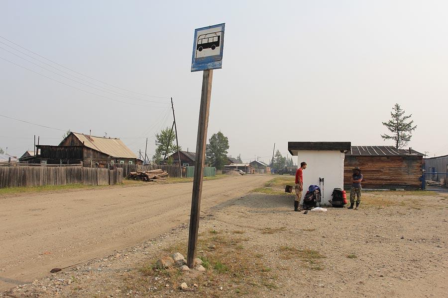 На автобусной остановке в Чаре