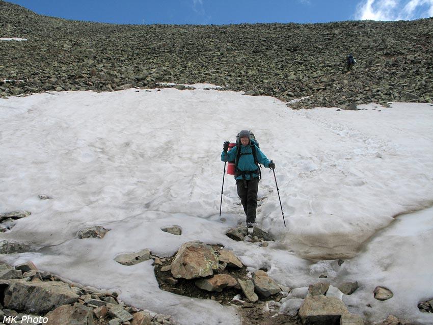 Катя на спуске с перевала