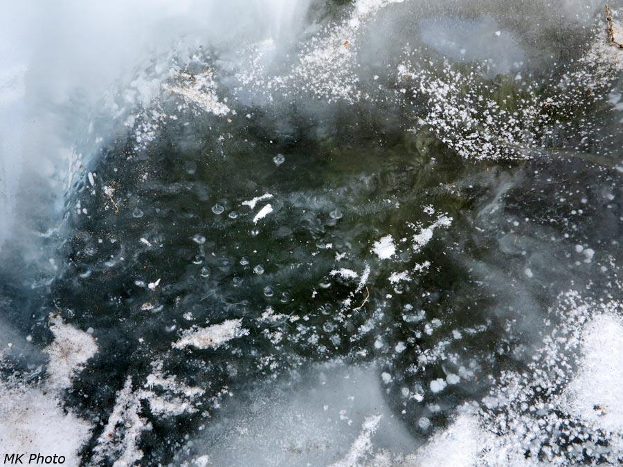 Капли от брызг стекают по обратной стороне льда