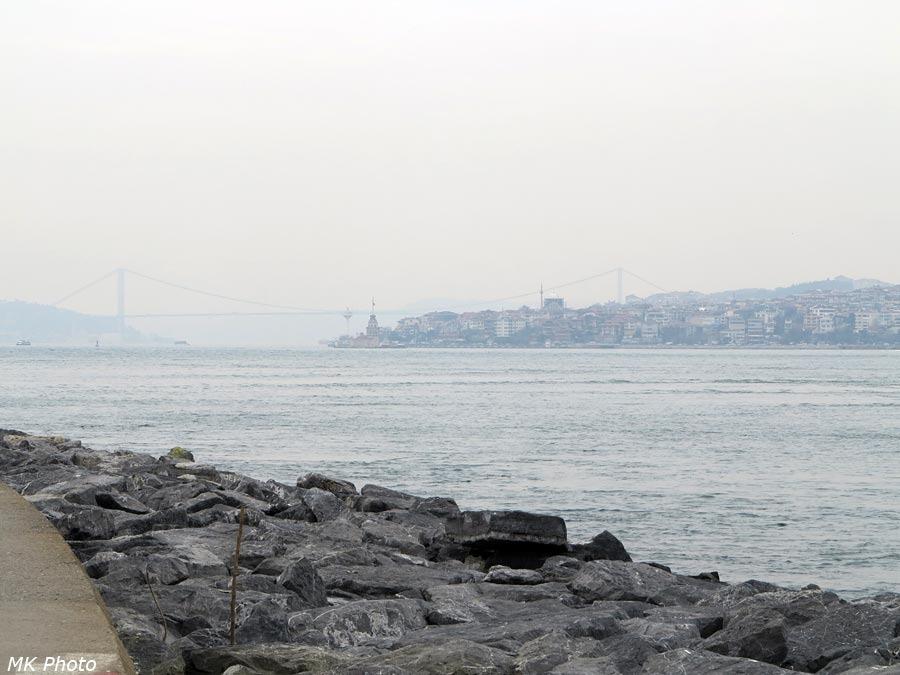 Вдали - мост между частями света