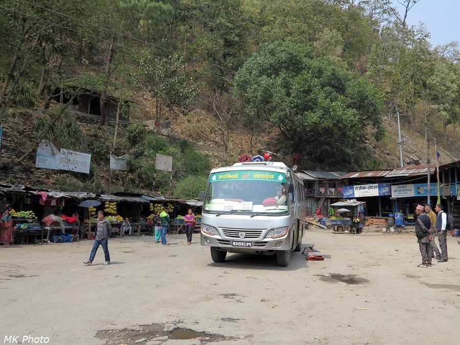 Автобус на базарчике посёлка Тамакоши