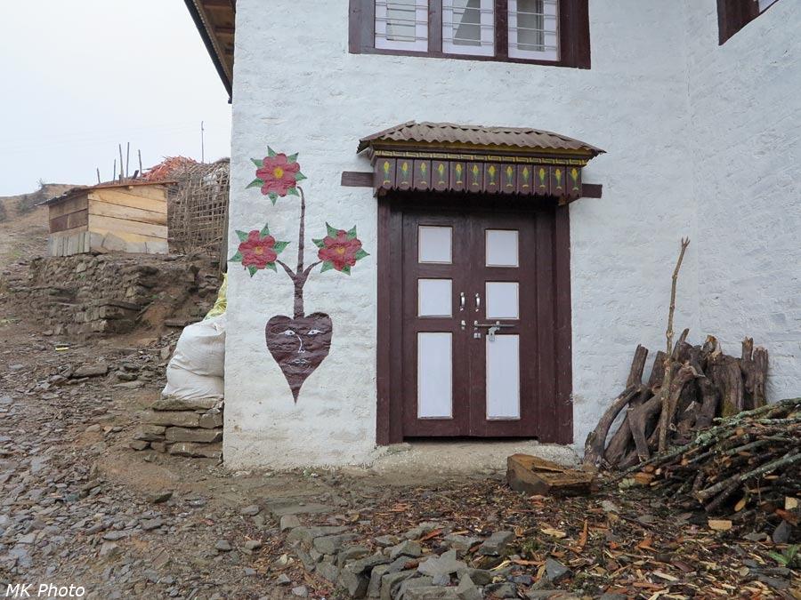 Весёлая свёкла на стене лоджа