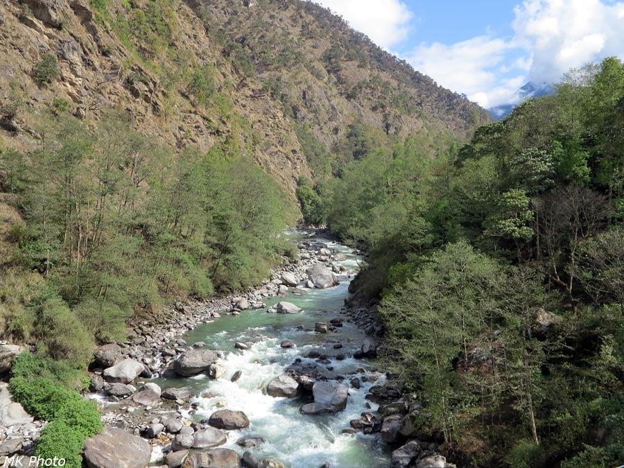 Вид с моста вверх по течению Дудх Коши Нади